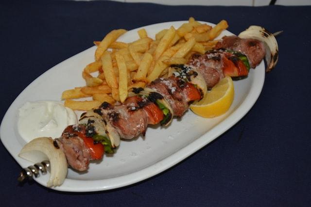 Restaurante-los-Caballos-Alora-Malaga-brocheta de solomillo-min cocina tradicional