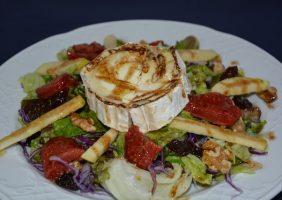 Restaurante-los-Caballos-Alora-Malaga-ensalada rulo de cabra-min