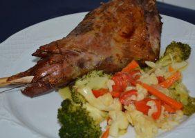 Restaurante-los-Caballos-Alora-Malaga-pierna de chivo lechal-min