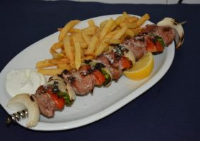 Restaurante-los-Caballos-Alora-Malaga-brocheta de solomillo-min